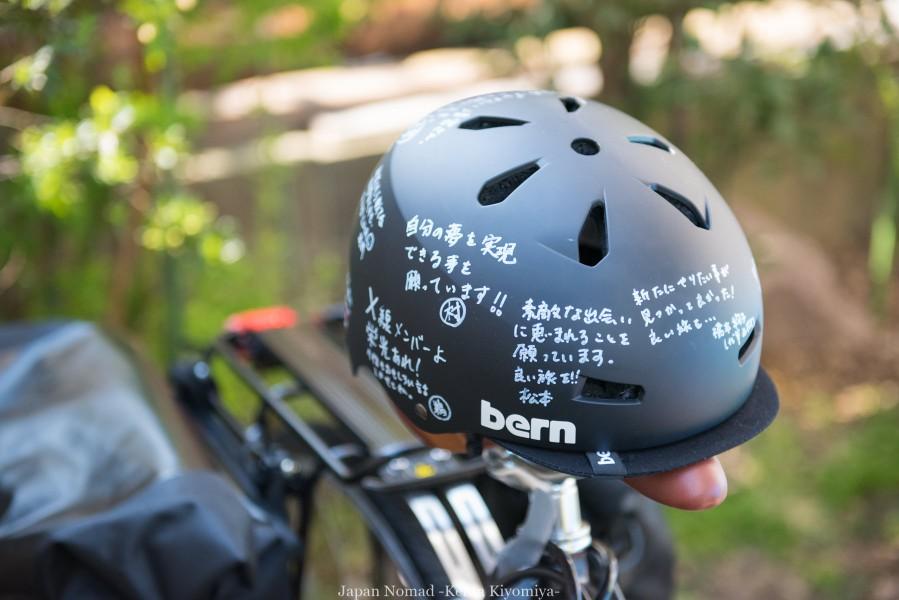 bernのヘルメット。前職の方々から頂いたメッセージ付のヘルメット!これで超安全運転を心がけます。