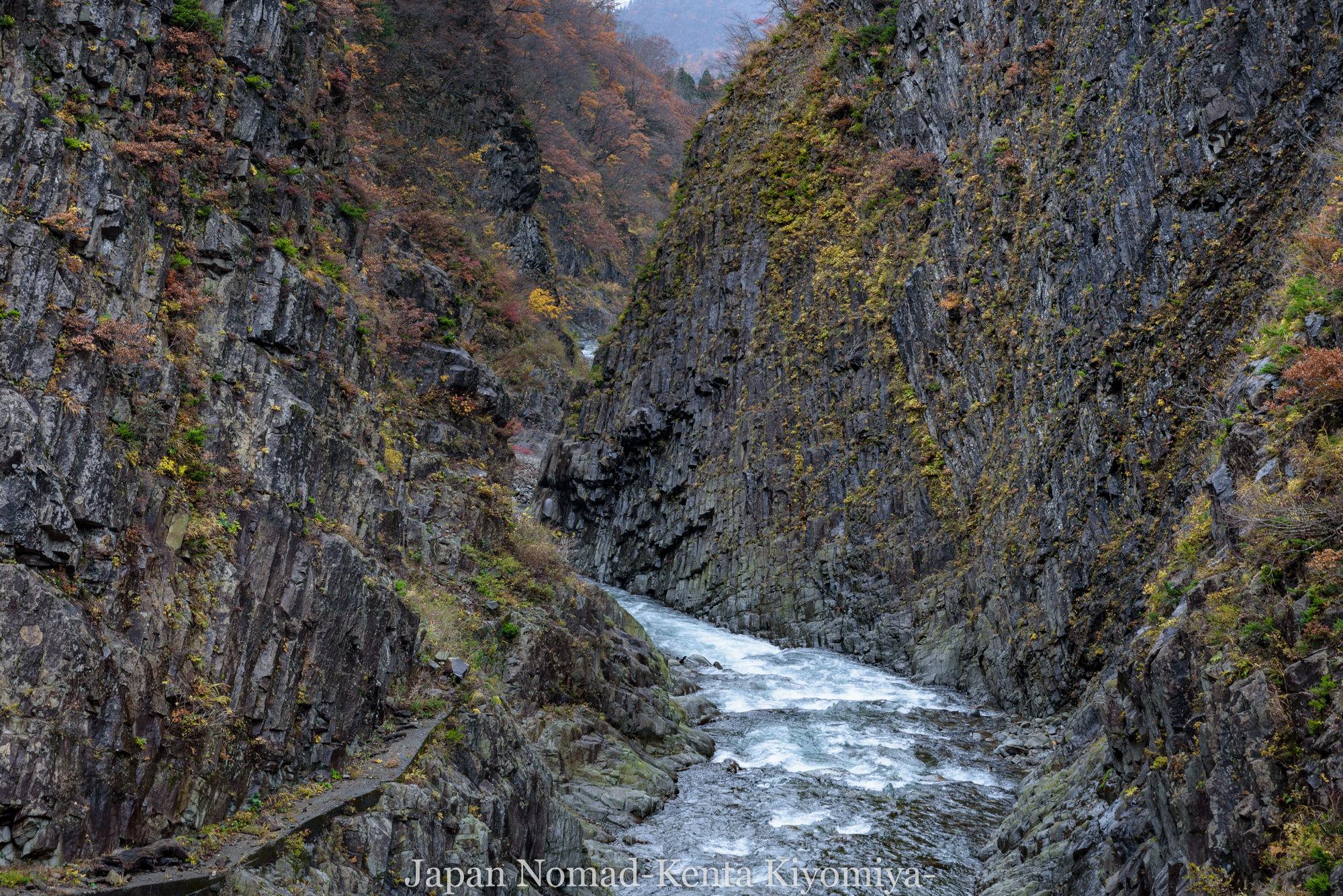 【旅139日目】柱状節理の岩礁と清流が織りなす景色、清津峡は日本を代表する渓谷だった