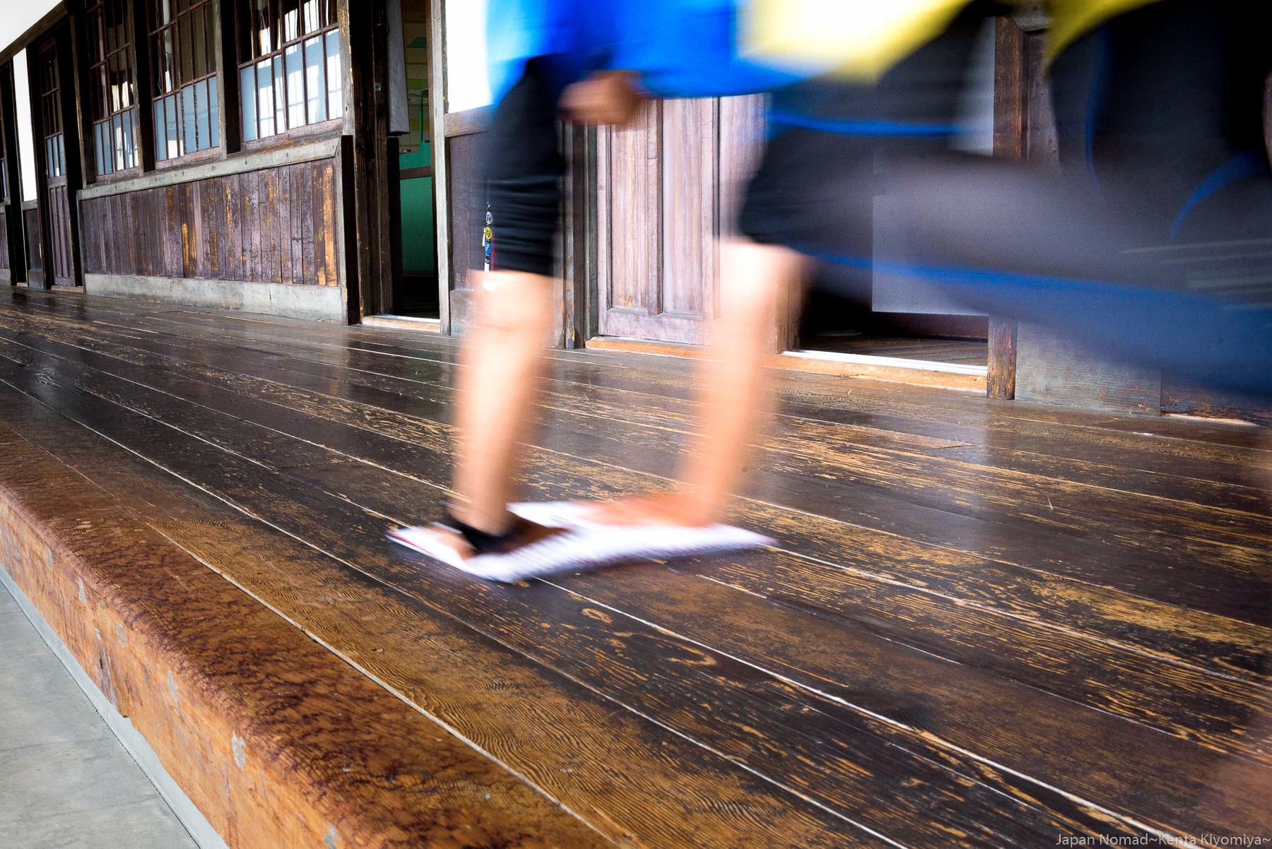【旅252日目】自転車日本一周チャリダーが日本一長い木造校舎の廊下で雑巾がけに挑んだ話(愛媛県宇和町)